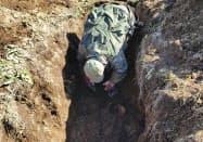 千島列島北東端のシュムシュ島で兵士の遺骨を捜すロシア探索運動サハリン支部のメンバー(9月)=同団体提供・共同