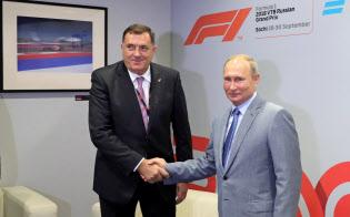 ロシアはボスニア・ヘルツェゴビナの選挙に介入したとの疑惑がもたれている(9月30日、セルビア人候補のドディック氏(左)とロシア南部ソチで会談するプーチン大統領)=ロイター