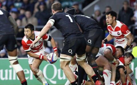 前半の日本は速い球出しから攻撃をテンポアップした=共同
