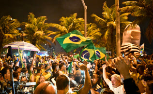 ボルソナロ氏の当選を喜ぶ支持者の集会(10月28日、リオデジャネイロ)