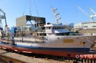 既存船を改造して劇場を据え付ける工事の様子(JMU因島工場)