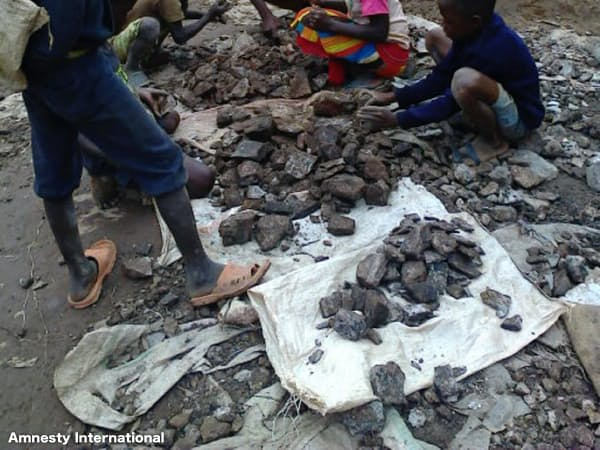 鉱石の選定作業にも多くの子供が携わる=アムネスティ・インターナショナル提供