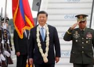 20日昼、フィリピン・マニラに到着した中国の習近平国家主席(中央)=ロイター