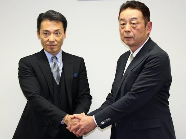 会見で握手する神明HDの藤尾益雄社長(左)と成田市場青果の小泉嘉美社長(20日)
