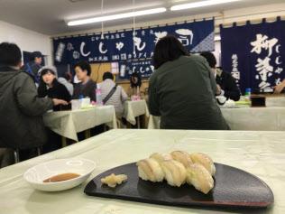 生の「シシャモずし」はこの時期にしか味わえない(18日、北海道むかわ町のカネダイ大野商店)