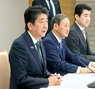 退位や即位に伴う式典委員会の会合であいさつする安倍首相(20日午前、首相官邸)