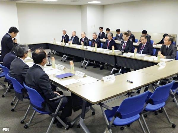 パイロットの新たな飲酒ルールを議論する有識者検討会の初会合(20日午後、東京都千代田区)=共同