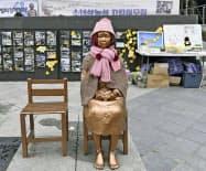 ソウルの日本大使館前に設置されている従軍慰安婦問題を象徴する少女像=21日(共同)