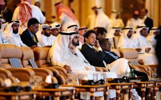 10月、サウジアラビアで開かれた会議に出席したパキスタンのカーン首相(前列右から2人目)=AP