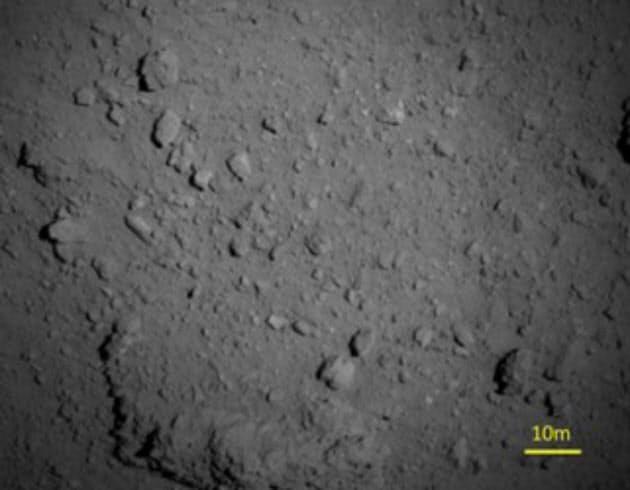 高度約1000メートルから撮影したりゅうぐうの表面。巨大な岩だらけだ(18年8月7日)=JAXAなど提供