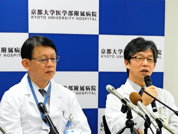 パーキンソン病向けにiPS細胞を使った移植実施について記者会見する京大・高橋淳教授(右)ら(11月9日、京都市)