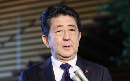 韓国政府の慰安婦財団解散発表を受け、報道陣の質問に答える安倍首相(21日、首相官邸)