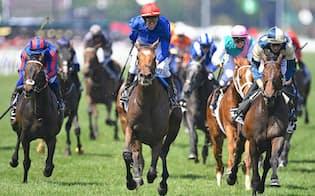レースは7番人気だった3歳馬クロスカウンター(中央)が後方から追い込んで勝利=ロイター