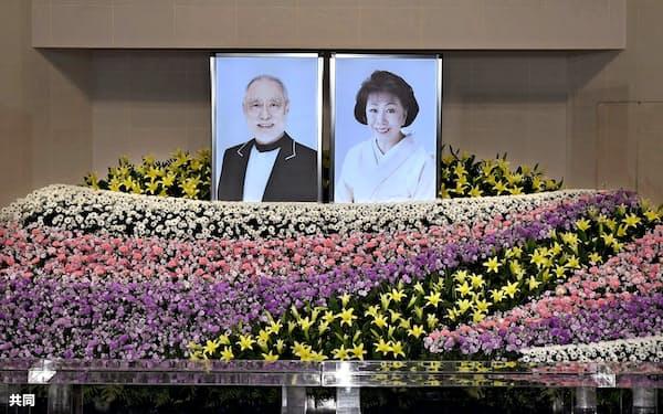 俳優の津川雅彦さんと妻の朝丘雪路さんの「合同葬お別れの会」で、祭壇に飾られた遺影(21日、東京都港区の青山葬儀所)=共同