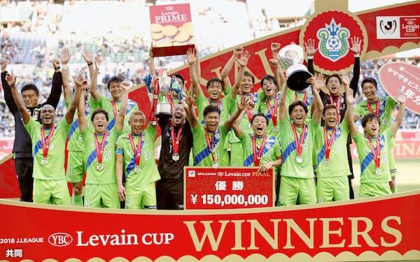 ルヴァン杯決勝で横浜Mを破り、初優勝した湘南の選手ら=共同