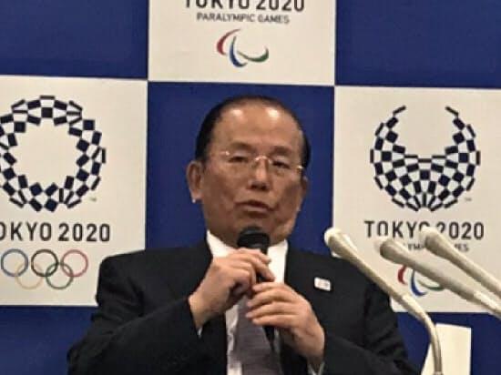 ボランティアの応募状況を発表する武藤敏郎事務総長(21日、東京・港区)