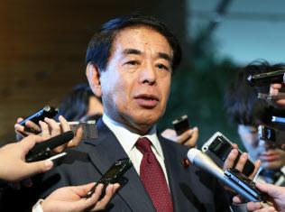 安倍首相との面会を終え、報道陣の質問に答える自民党の下村改憲本部長(21日、首相官邸)