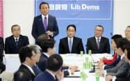 自民党税制調査会の総会であいさつする麻生財務相(左から2人目)。同4人目は宮沢洋一会長(21日午後、自民党本部)