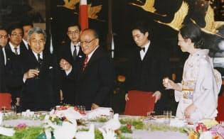 歓迎晩さん会で楊尚昆国家主席と乾杯する天皇陛下(1992年10月、人民大会堂)=共同