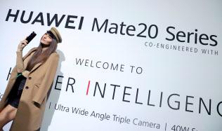 英ロンドンでファーウェイはメイト20シリーズを発表した=ロイター