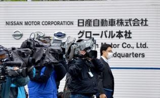 取締役会を前に慌ただしくなってきた日産本社前(22日午後、横浜市)