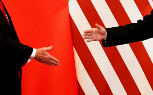 米中間の貿易戦争は休戦が近いとの見方もあるが…=ロイター