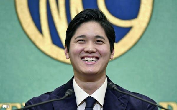 帰国後初の記者会見で笑顔を見せる米大リーグ、エンゼルスの大谷翔平=共同