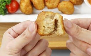 大豆でできた「鶏の唐揚げ」。割ってみると本物の肉のよう