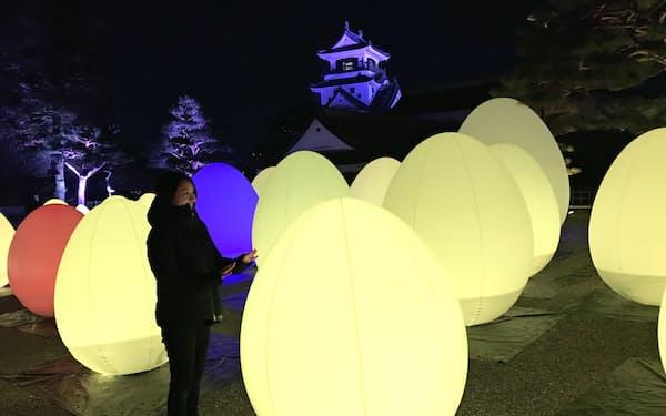 様々な色に変化する卵形のオブジェ(高知城二ノ丸)