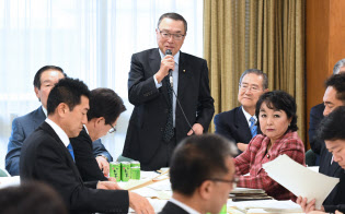 自民党税制調査会小委員会であいさつする宮沢会長(22日午後、自民党本部)