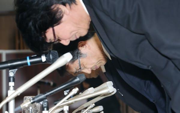 記者会見で謝罪する日立化成の丸山寿社長(中)ら(22日午後、東京都中央区)