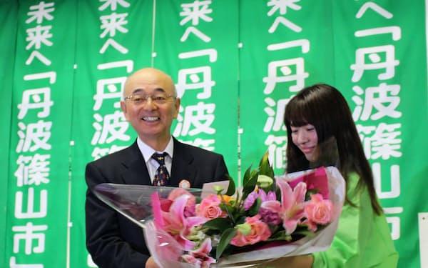 住民投票と同じ18日の出直し市長選で再選された酒井隆明市長
