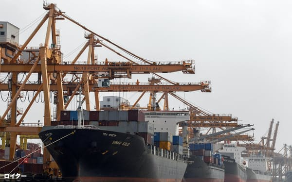 タイでは中国向けの輸出が伸び悩んだ(バンコクの港に停泊する貨物船)=ロイター