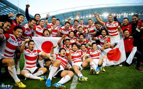 2015年のラグビーW杯で南アを破り喜ぶ日本の選手ら=ロイター