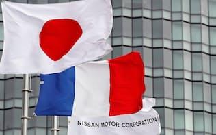 フランス経済に果実をもたらす日仏連合の枠組みの維持を狙って、仏政府は「ポスト・ゴーン体制」のあり方を探ってきた(横浜市の日産本社に掲げられた日本やフランスの国旗)=ロイター