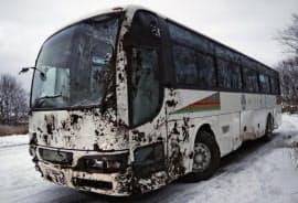 北海道天塩町で横転した大型バス(23日午後)=共同