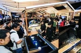 「アイコンサイアム」内に開業したソニーの店舗を訪れた人たち(23日、バンコク)=小高顕撮影