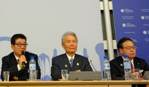 勝利会見で質問に答える大阪府の松井一郎知事(23日午後、パリ)