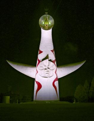 2025年大阪万博の開催決定を祝い、特別にライトアップされた「太陽の塔」(24日未明、大阪府吹田市)=共同