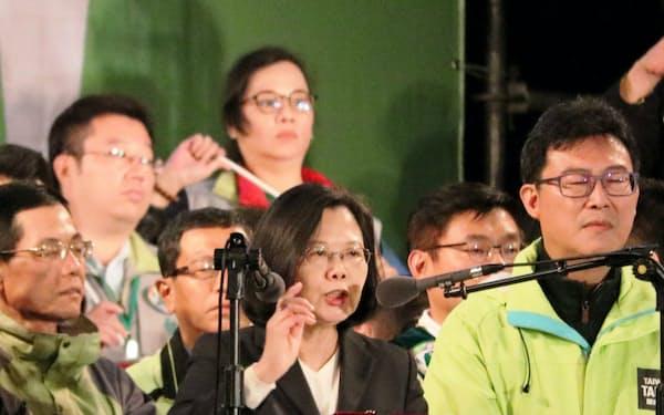 統一地方選の投開票前夜に最後の応援演説をする蔡英文総統(中)(23日、台北市内)