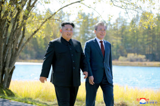 9月に平壌で南北の経済協力を話し合った北朝鮮の金正恩(キム・ジョンウン)委員長(左)と韓国の文在寅(ムン・ジェイン)大統領=ロイター