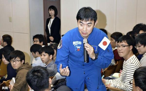 式典で質問に答えるJAXAの油井亀美也飛行士(24日、鹿児島県南種子町)=共同