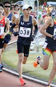 記録会で1万メートルを走る大迫傑(24日、法大多摩キャンパス)=共同