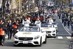 プロ野球で2年連続日本一に輝き、福岡市内で行われたソフトバンクの祝賀パレード(25日)=共同