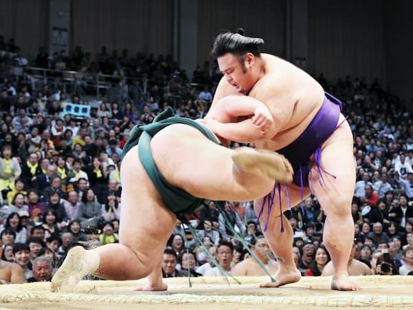 錦木(左)をはたき込みで破り、初優勝した貴景勝