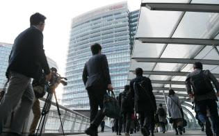 日産自動車の本社に出勤する社員ら(26日午前、横浜市西区)