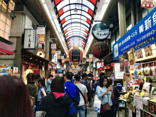 訪日外国人客の拡大が見込める(10月、大阪市の「黒門市場」)