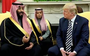 原油安を求めるトランプ米大統領(右)にムハンマド・サウジ皇太子(左)は押し切られる可能性がある(2018年3月の会談で)=ロイター