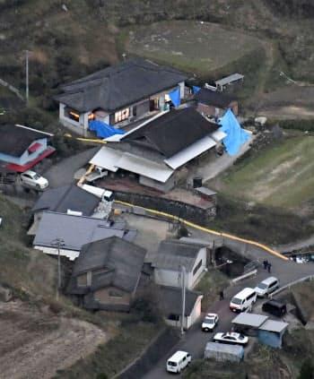 6人の遺体が発見された宮崎県高千穂町押方の民家(上)=26日午後、共同