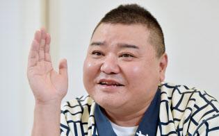 かわばた・やすし 1967年6月22日京都府生まれ。会社員を経てNSC(吉本総合芸能学院)に入る。小籔千豊と切磋琢磨(せっさたくま)しながら吉本新喜劇を引っ張り、2007年に座長就任。共演者からは「名探偵コナンの友達?」などといじられるのがお約束。